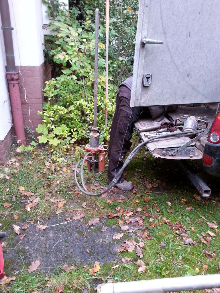 Mit diesem hydraulischen Heber werden die Bohrkerne wieder rausgezogen