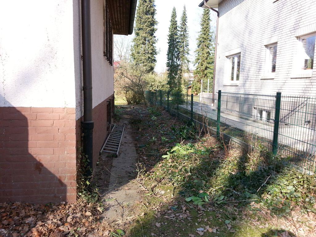 Die Hecke neben dem Haus ist ebenfalls entfernt