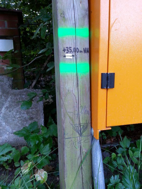 Die grüne Markierung ist vom Vermesser, der Bleistiftstrich ist auf Höhe des späteren EG-Fußbodens