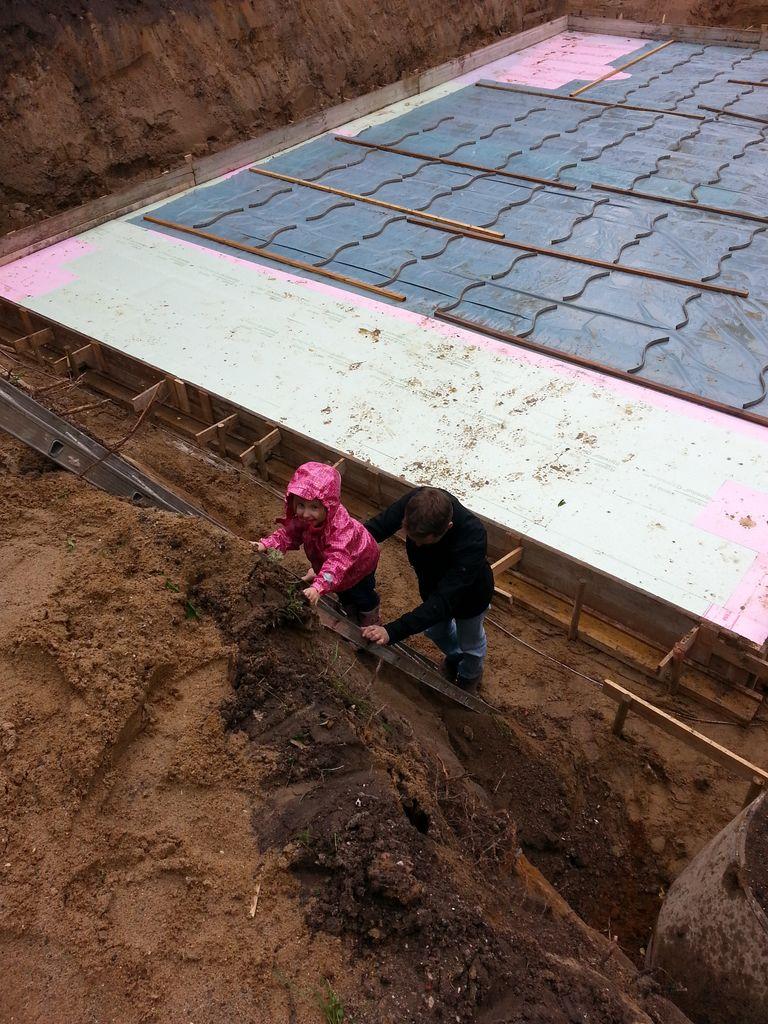 Anna Lena auf dem Weg in die Baugrube