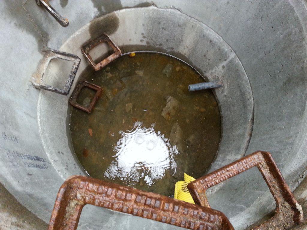 In diesem Schacht sammelt sich das Regenwasser (und versickert hoffentlich)