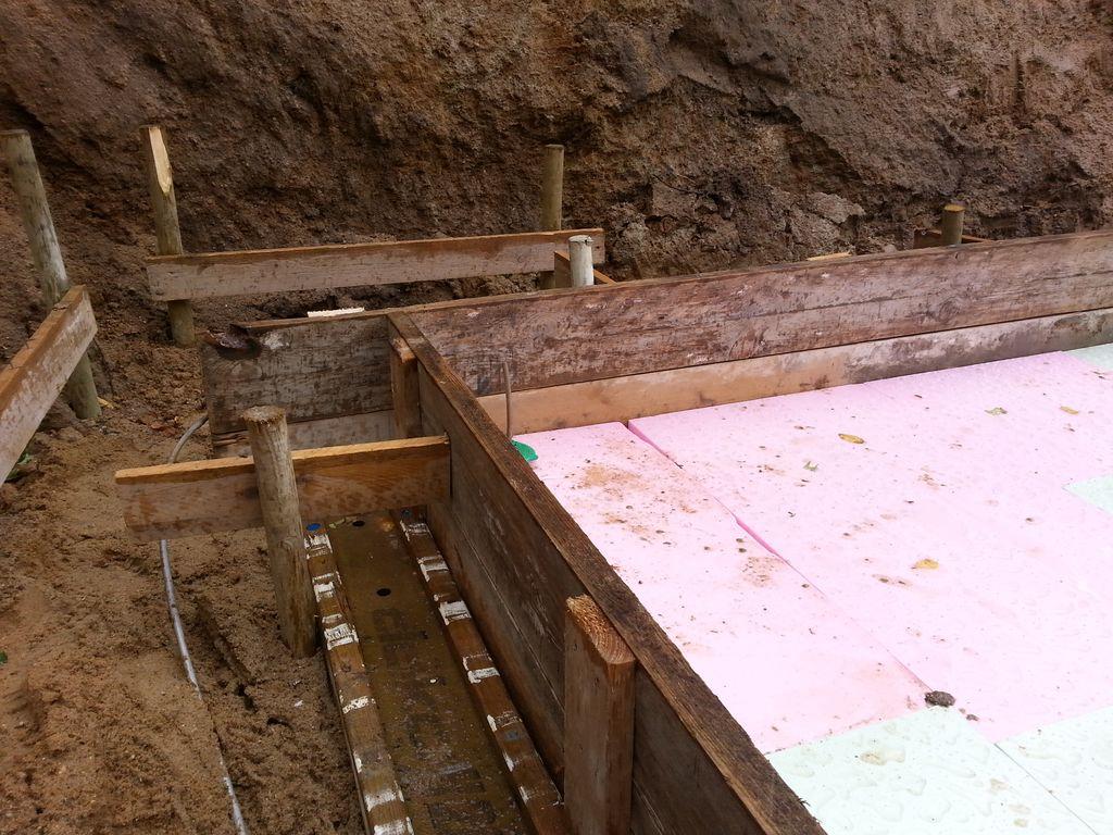 Um die spätere Bodenplatte verläuft der Fundamenterder