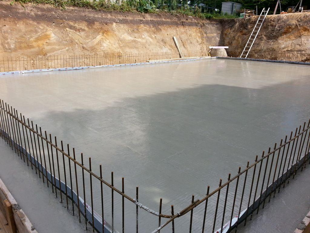 """Die Bodenplatte muss noch ein paar Tage trocknen, dann werden die Außenwände des Kellers auf den """"Zaun"""" gestellt"""