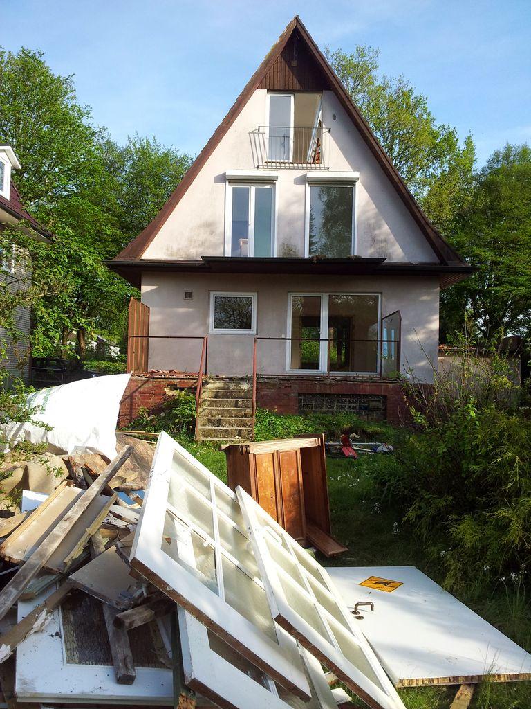 Im Garten türmt sich der Inhalt des Hauses (nach Abfallart sortiert)