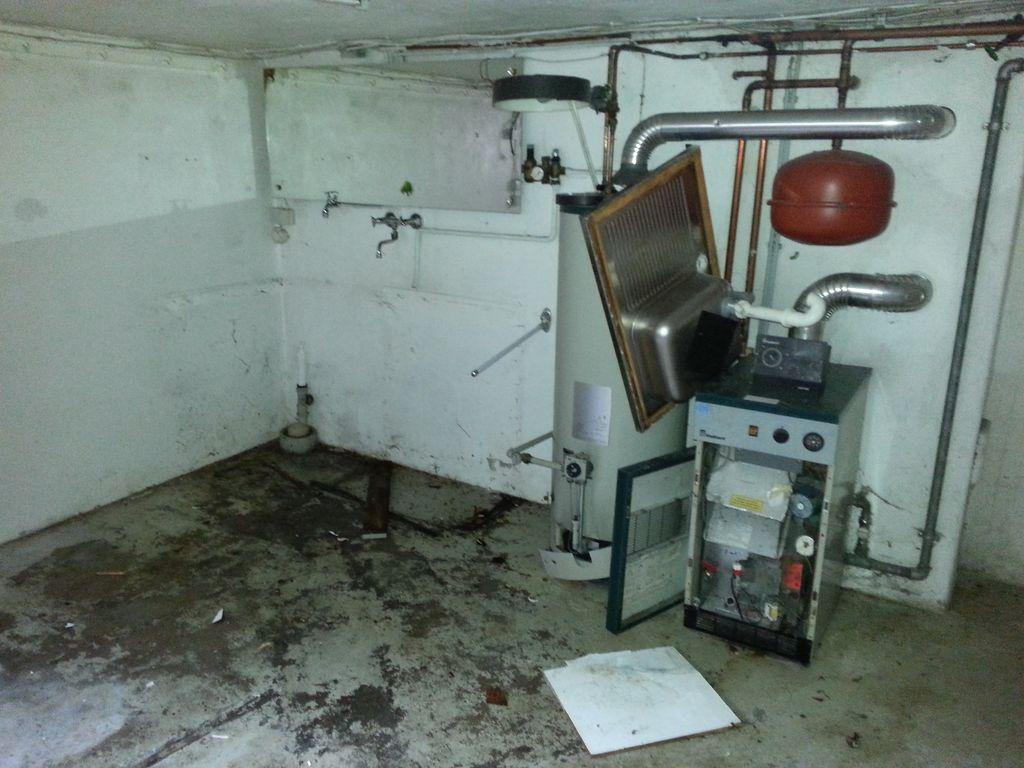 Die Spüle im Keller ist weg, die schweren Teile wird später wohl der Bagger rausholen
