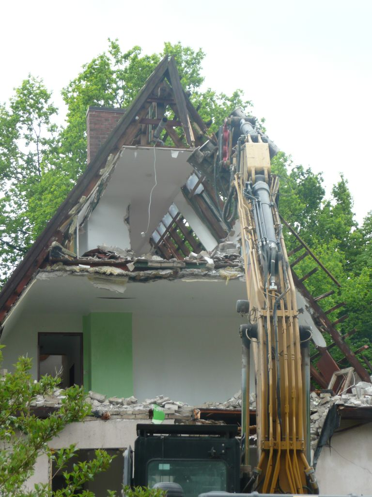 Der Dachstuhl wird sehr vorsichtig zurückgebaut
