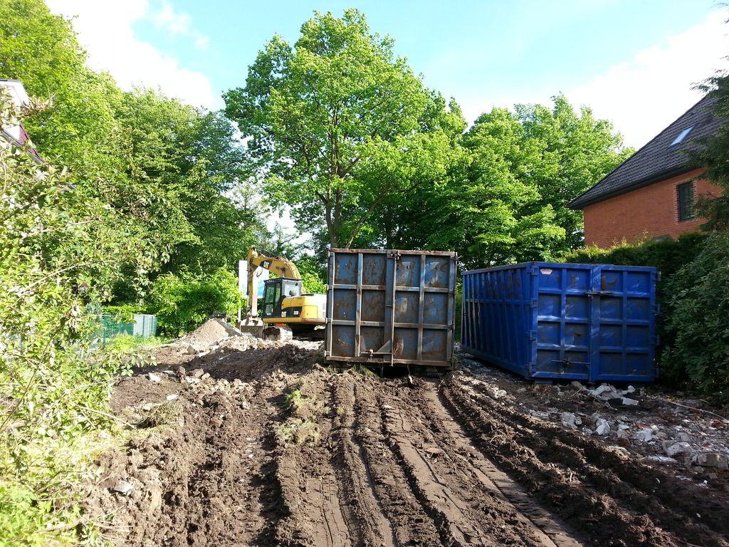 Noch zwei Container, die Steine des Hauses stecken jetzt im Boden