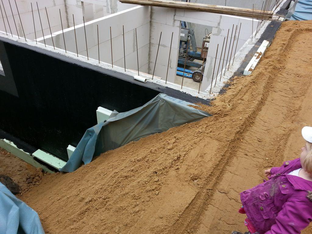 Die vordere Seite der Baugrube ist schon wieder angefüllt...