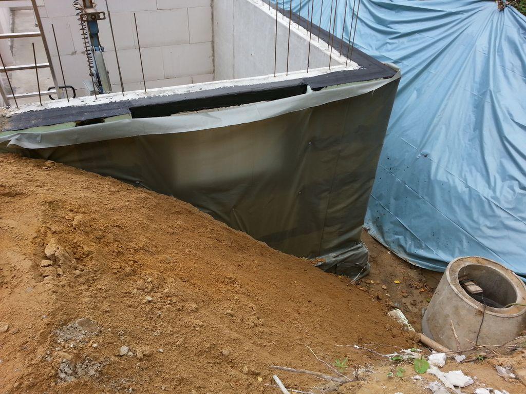 ...damit der Kran zum Verlegen der Kellerdecke dicht genug heranfahren kann