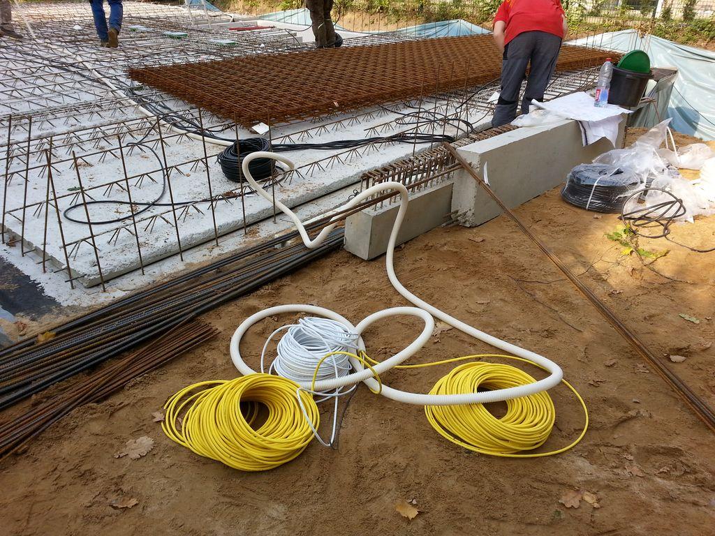 Die Kabel verlaufen vom Technikraum durch die Decke in alle Zimmer