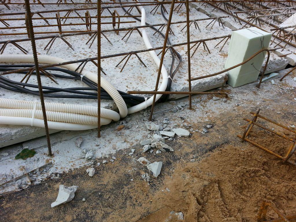 Decke über dem Technikraum, der Klotz reserviert Platz für die Kabel in die oberen Geschosse