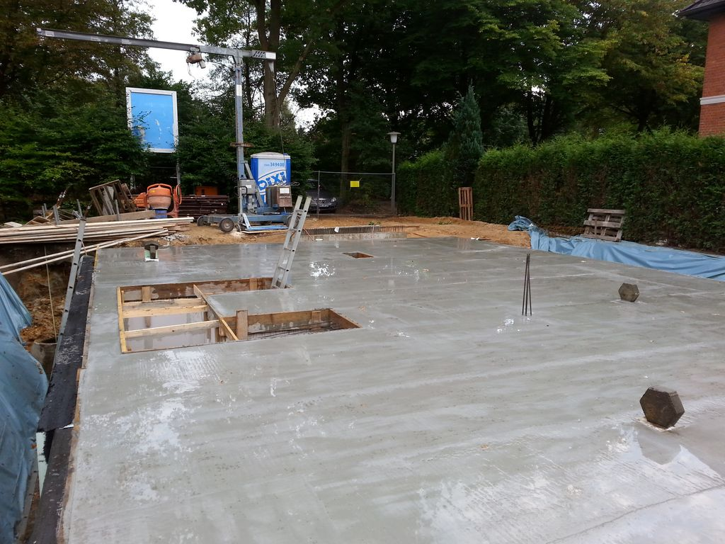 Ob das Wässern der Betonplatte hilft? Sie ist jetzt auf jeden Fall nass...