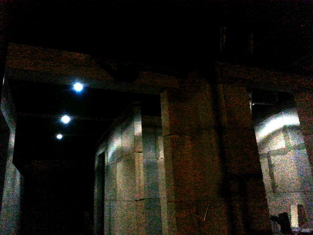 Ein paar LED-Spots mit Batterie simulieren unsere spätere Flurbeleuchtung