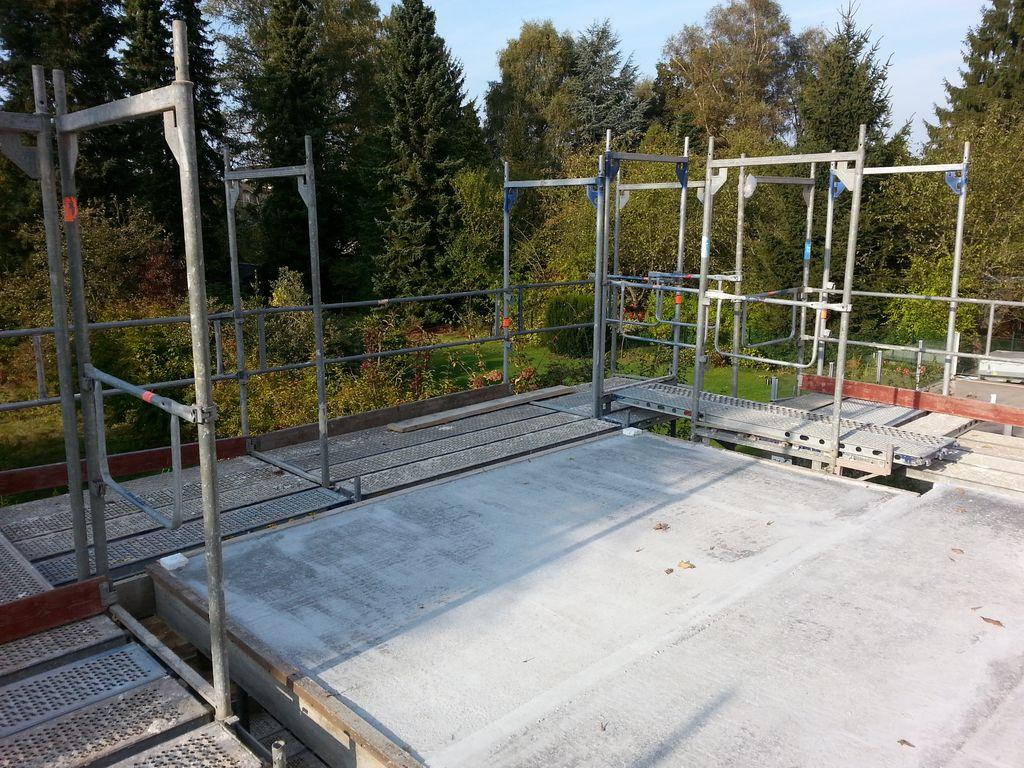 Der Balkon steht auf Stützen, im Beton erkennt man die isolierende Verbindung