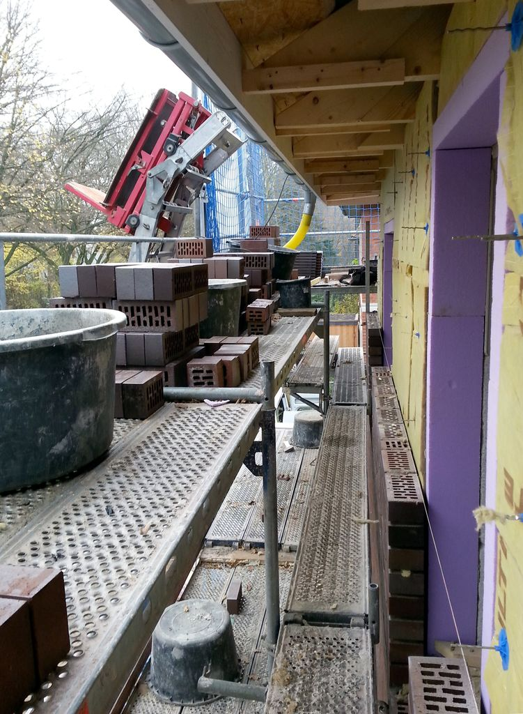 Der Dachüberstand bietet Schutz zum Arbeiten