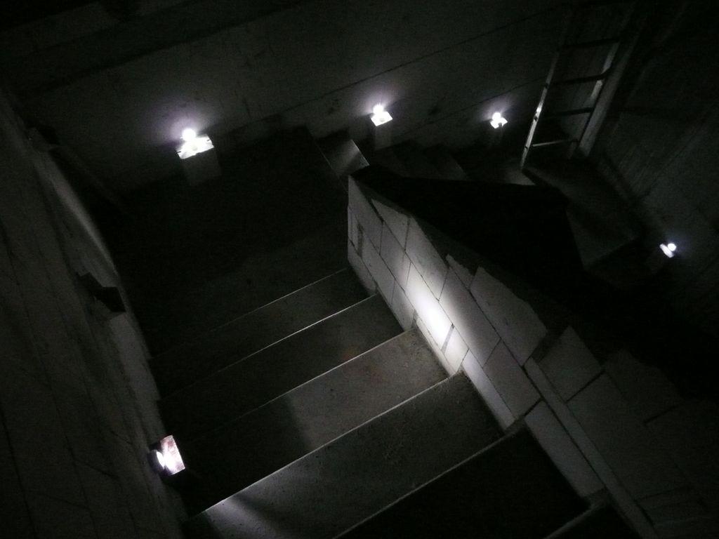 LED-Strahler mit Batterien simulieren die Sidelights
